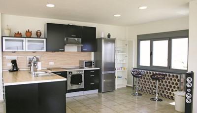 In de keuken vind je alles om gezellig te kokkerellen: een elektrisch fornuis met oven en afzuigkap, een koelkast met vriesvak, een koffiezetapparaat, een magnetron en een vaatwasser. De wasmachine bevindt zich ook in de keuken.