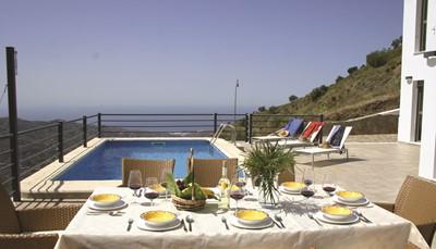 Het huis heeft een prachtig terras met zonnescherm en tuinmeubelen direct bij het zwembad. Geniet van een aperitiefje met een prachtig uitzicht op de nabijgelegen bergen en de typische witte huizen van de dorpen aan de kust. Geniet van de Spaanse zon in een van de ligstoelen aan het privézwembad. Er zijn6 parkeerplaatsen op perceel. Alles wat je nodig hebt is aanwezig, zelfs een barbecue!