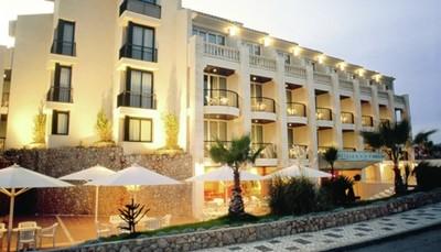 Het hotel ligt aan een klein strandje in de baai van Sitges, aan een sfeervol vissershaventje met restaurantjes, bars en winkeltjes. Gezelligheid troef! Via een mooie kustroute wandel je in 20 minuten naar het gezellige oude centrum van Sitges. Het treinstation ligt op 2 km, met een vlotte verbinding naar Barcelona.<br /> &nbsp;
