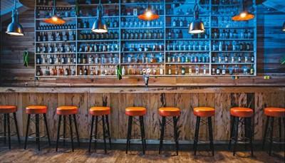 Je verblijft op basis van all inclusive. De maaltijden in de restaurants en 'Gourmet Corners' zijn dus inbegrepen, net als een selectie van alcoholische en niet-alcoholische dranken. Je minibar wordt elke dag gratisbijgevuld met water, frisdranken en bier. Tip: Voor een echte Jamaicaanse ervaring moet je naar de Nesta Rasta Lounge (vanaf 18 jaar), waar je elke avond kan proeven van verschillende soorten rum, een premium cocktailmenu onder het genot van sfeervolle livemuziek.