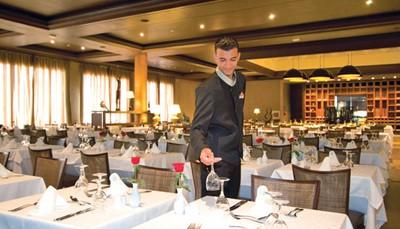 """Je verblijft op basis van all inclusive. Dat betekent dat je gratis geniet van ontbijt, middagmaal en avondeten in buffetvorm en een selectie van nationale en internationale niet-alcoholische en alcoholische dranken tot 24u. Daarnaast zijn er ook themarestaurants, zoals het Marokkaans restaurant """"Le Mogador"""": ideaal voor wie benieuwd is naar de rijke smaken van de Marokkaanse keuken, met invloeden vanuit de Berberse, Mediterrane, Afrikaanse, en Moorse cultuur."""