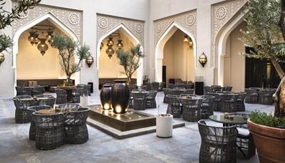 """<div style=""""text-align: justify;"""">Dit prachtige hotel combineert de traditionele Arabische bouwstijlen met moderne architectuur. Alle kamers zijn uitgerust met een lcd-tv met satellietzenders, mineraalwater en thee- en koffiefaciliteiten. In de badkamer vind je badjassen, slippers en toiletartikelen. Geniet bij mooi weer ook van een heerlijk diner in Arabische stijl op het centrale binnenplein van het hotel.</div>"""
