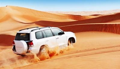 """<div style=""""text-align: justify;"""">Ontdek de eeuwenoude Arabische gebruiken op een prachtige woestijnsafari, waar je een kamelenfarm bezoekt, gaat zandboarden op de duinen, je schrap zet voor dune bashing en na al dat plezier geniet je van een prachtige zonsondergang, gevolgd door een BBQ in het woestijnkamp. &nbsp;</div>"""