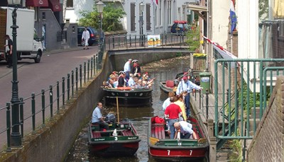 <p><b>De route</b><br /> De Zuiderzee fietsroute of IJsselmeerroute is een van de mooiste lange afstand fietsroutes van Nederland. Wij starten het rondje in Nunspeet in de richting van het gezellige Amersfoort (foto). Door het bijzondere weidevogelgebied van het Ark- en Eemlandschap naar &lsquo;t Gooi, waar heel wat bekende Nederlanders wonen. Langs Naarden-Vesting en het Muiderslot naar Amsterdam.&nbsp;</p>