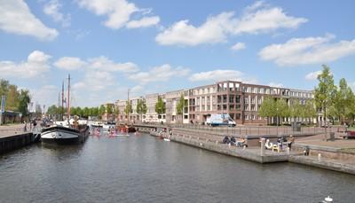 """<p style=""""text-align: justify;"""">Na Volendam en Hoorn, waar de schepen van de Verenigde Oost- Indische Compagnie vertrokken naar het verre oosten, komen we in Enkhuizen (foto) aan. Hier nemen we de overzetboot naar Stavoren omdat fietsen over de &lsquo;Afsluitdijk&rsquo; nogal eentonig is. Friesland en het Nationaal Park De Weerribben, zullen ons bekoren met hun schitterende waterpartijen waar talloze watervogels huizen in het hoge riet.</p>"""