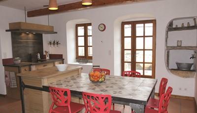 In de keuken is er een elektrisch fornuis met oven en afzuigkap, een koelkast met vriesvak, een koffiezetapparaat, een microgolfoven en een afwasmachine aanwezig. Je hebt ook een wasmachine en stofzuiger ter beschikking.