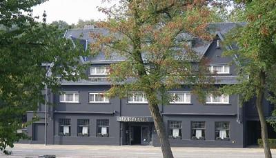 <p>Hotel Mardaga ligt midden in het groene hart van Limburg, kort bij de grote verbindingswegen, net buiten het centrum van As. Tegenover het hotel ligt Station As, een oud kolenspoor dat nu dienst doet als 1 van de toegangspoorten van het Nationaal Park Hoge Kempen. &nbsp;</p>