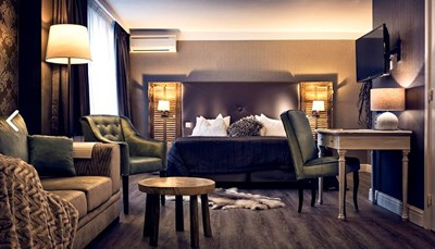 <p>Alle 18 recent gerenoveerde kamers van Hotel Mardaga zijn ingericht met TV, telefoon, draadloos internet, minibar en ruime badkamer met bad of douche/WC en haardroger. Alle kamers zijn niet-rokers kamers. Type A is een luxe kamer voor maximum twee personen. Kamer van het type B zijn junior suite met salonhoek, geschikt voor maximum twee volwassenen en een kind jonger dan twaalf jaar.</p>