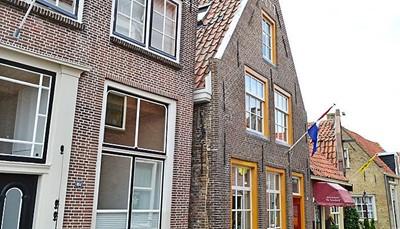 <p>Dit historische huis werd gebouwd in 1777 en gerenoveerd in 2013. Het is gelegen in het centrum van Enkhuizen, Nederland. Enkhuizen is een gezellige, historische, gezinsvriendelijke stad. Het huis ligt bovendien niet ver van het water. Vanaf de eerste en tweede verdieping kun je zelfs uitkijken over het IJsselmeer. Het is een ideale locatie voor een uitje met vrienden of een familievakantie.</p>