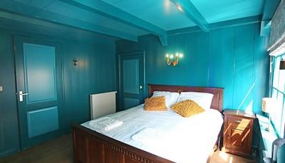 <p>Het huis telt in totaal vier slaapkamers: Op de bovenverdieping is er een slaapkamer met een tweepersoonsbed en een tv, en nog twee slaapkamers met elk twee bedden. Op de tweede verdieping is er nog een slaapkamer met twee bedden en een tv. Tel daarbij de ruime bedstede, en je kunt er 9 mensen te slapen leggen.</p>
