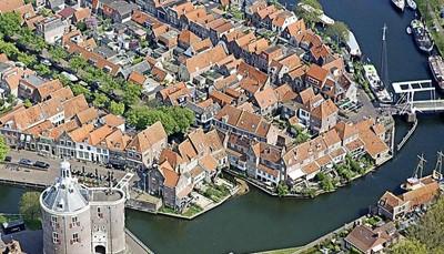 """<p>Het huis is gelegen aan zee in een rustige historische dorpskern. <a href=""""http://www.enkhuizenboeit.nl/nl/"""" target=""""_blank"""">Enkhuizen</a> is zelf zeker een bezoekje waard. Wil je er toch op uit trekken? Dan kun je naar een van de talrijke populaire attracties in de omgeving (Shopping Bataviastad, Zaanse Schans, Hoorn, Walibi Holland, het Zuiderzeemuseum of Sprookjeswonderland). De supermarkt, de bakker, eetgelegenheden, een zwembad en het treinstation zijn vlakbij.</p>"""