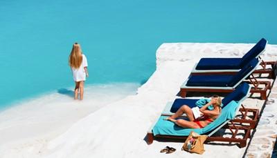 """<div style=""""text-align: justify;"""">Je kunt heerlijk ontspannen in één van de vijf zwembaden van het hotel of op het prachtige witte zandstrand van het hotel. De kinderen leven zich uit in het waterpark of de kids club. Overdag kun je sporten beoefenen zoals tennis, aerobics, basketbal, aqua gym, fitness, powerboxen, tafeltennis, watervolleybal of yoga. Wie het liever wat rustiger aan doet, kan snuisteren in de souvenirwinkeltjes of zich laten verwennen in de spa. Voor de kinderen worden spelletjes en activiteiten georganiseerd. &rsquo;s Avonds zijn er concerten of dansavonden.</div> <br /> &nbsp;"""