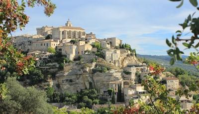 <p>Luberon is een van de mooiste regio&#39;s van de Provence met &#39;Les Plus Beaux Villages de France&#39; zoals Gordes, Roussillon, Bonnieux, etc...&nbsp; Niet te verwonderen dat heel wat kunstenaars van allerlei slag als eerste vielen voor deze ongerepte streek, zodat al tal van &#39;célébrités&#39; (het hoogste aantal per km&sup2; in Frankrijk) volgden.</p>