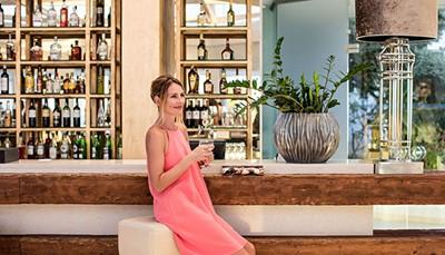 """<div style=""""text-align: justify;"""">In 2017 is dit resort gestart met het LUX.ME concept. Dat is een all inclusive formule, maar dan veel uitgebreider en met meer luxe. Je mag niet alleen gratis gebruik maken van alle restaurants, maar ook van een patisserie en chocolaterie, en een crêperie &amp; gelateria. Het zit hem in&nbsp;de details: een sommelier laat je kiezen uit meer dan 150 wijnen, de bediening brengt&nbsp;je drankje tot aan het zwembad, de conciërge staat via WhatsApp 24 op 24 ter beschikking,&nbsp;je mag je hoofdkussen zelf uitkiezen&hellip;kortom, je voelt je een prins of prinses in dit&nbsp;witte paleis.</div>"""