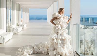 """<div style=""""text-align: justify;""""><br /> Dit hotel is uitermate geschikt voor een huwelijksreis.<b> </b>Op vertoon van je huwelijkscertificaat, wordt alles uit de kast gehaald&nbsp;om het verblijf zo romantisch mogelijk te maken: je krijgt schuimwijn, vers fruit en Griekse versnaperingen op de kamer bij aankomst, het bed wordt versierd met rozenblaadjes, en de eerste ochtend ontbijt je gezellig met z&rsquo;n tweetjes op de kamer.</div>"""
