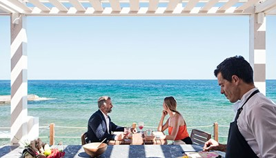 """<div style=""""text-align: justify;"""">Je verblijft op basis van all inclusive, dat betekent dat je maaltijden en dranken zijn inbegrepen in de prijs.&nbsp;Er is een buffetrestaurant&nbsp;en vijf verschillende restaurants met tafelbediening, van Italiaans tot Aziatisch. Voor een aperitief, cocktail of koffie kun je terecht in zes verschillende bars: de sunset lounge bar, een strandbar, de theaterbar in de tuin, de Italiaanse espressobar, de wijnbar, en de Asia White Bar waar een DJ de toon zet voor een sfeervolle avond. Tel daarbij de patisserie en de ijsjes, en je begrijpt dat je tijd tekort zult komen om alles uit te proberen!</div>"""