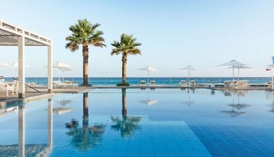 """<div style=""""text-align: justify;"""">Het hotel heeft zeven&nbsp;zwembaden, waarvan er twee&nbsp;toegankelijk zijn voor alle gasten: een hoofdzwembad met zeewater en een kinderzwembad. Daarnaast zijn er nog&nbsp;heel wat privézwembaden. &nbsp;Gebruik van ligzetels, parasols en handdoeken is inbegrepen.</div>"""