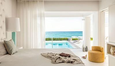 """<div style=""""text-align: justify;"""">Er zijn wel vijftien verschillende kamertypes, dus je kiest zelf hoever je wil gaan in de luxebeleving. Kies voor een standaardkamer, of&nbsp;een bungalow met terras en zeezicht, al dan niet met toegang tot een extra&nbsp;zwembad. Wil je de ultieme persoonlijke beleving? Dan zijn er de luxesuites met twee terrassen en frontaal zeezicht. Ook daartussen liggen nog allerlei kamertypes, elk met hun eigen voordelen, dus vraag ons gerust naar de kamer die het beste past bij jouw budget en gezelschap.</div>"""