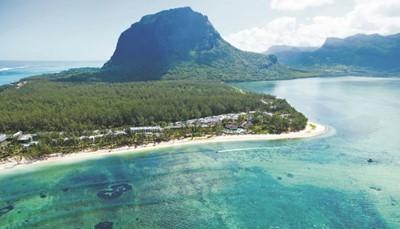 Het Riu Creole bevindt zich op Le Morne, dat is een schiereiland in het uiterste zuidwesten van het eiland Mauritius. Het hotel ligt aan een paradijselijk strand tegen de achtergrond van een imposante berg: Le Morne Barbant, die boven de lagune uittorent. Het hotel ligt op 60 km van Port Louis, en op 60 km van de luchthaven, maar de transfer heen en terug zijn inbegrepen in je verblijf.<br /> &nbsp;