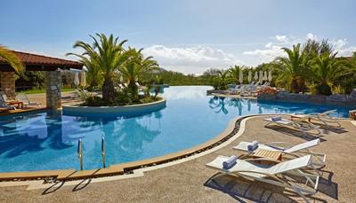 Het Westin Resort Costa Navarino telt 445 luxueuze kamers en suites<b> </b>van 40 tot 80 m&sup2; groot. Je geniet van de zon aan de drie buitenzwembaden of op het strand. Voor de kinderen is er een kinderzwembad met glijbanen en een aquapark. Golfliefhebbers halen hun hartje op aan een van de 2 18 holes golfterreinen, terwijl waterratten zich uitleven met de verschillende watersportactiviteiten. Er zijn ook talrijke mogelijkheden tot excursies.