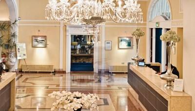 <p>RIU deelt hotels in volgens categorieën om je een duidelijk beeld te geven van het soort hotel dat je boekt. Het Hotel Riu Plaza The Gresham Dublin is een Plaza Hotel. Dat zijn stadshotels met een luxe en service van het hoogste niveau, een elegant interieur, en moderne vergader- en congresruimtes. RIU Plaza Hotels zijn gelegen in bruisende wereldsteden en zijn de geknipte plaats voor een citytrip, een zakenreis of een evenement.</p>