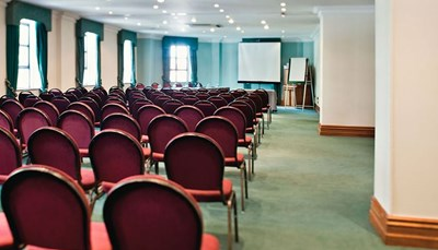 <p>Het hotel beschikt over 18 perfect uitgeruste vergaderzalen. Een groot congres of een kleine meeting? Er is voor elke gelegenheid een zaal beschikbaar. De zalen kunnen perfect uitgerust worden van de nodige apparatuur, en het personeel begeleidt je graag. Bovendien ligt het Hotel Riu Plaza Gresham Dublin erg dicht bij het conferentiecentrum van Dublin, waardoor het de ideale plek is voor zakelijke reizigers.</p>