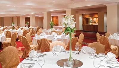 <p>Het Hotel Riu Plaza The Gresham Dublin beschikt over een breed gastronomisch aanbod. Standaard inbegrepen is het uitgebreide ontbijtbuffet. Tegen betaling kun je ook de lunch, het diner of de typische afternoon tea in het hotel nemen. Tussendoor zijn er snacks en dranken verkrijgbaar en kun je 24 uur per dag gebruik maken van de room service.</p>