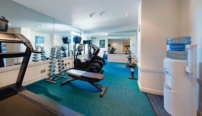 <p>Als gast mag je gratis gebruik maken van de kleine fitnessruimte van het hotel (foto). Je vindt er onder andere een loopband, fietsen en gewichten. Is dat niet voldoende om jouw sporthonger te lessen? Geen probleem. Op vijf minuten wandelen van het hotel vind je een grote fitnessclub, compleet met zwembad en sauna. Je kunt aan de receptie van het hotel vragen om een plaatsje voor jou te reserveren in deze (betalende) fitness.</p>