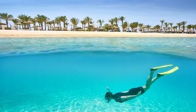 De Egyptische streek Hurghada telt aan haar kilometers lange gouden kuststrook meerdere <strong>mooie badplaatsen</strong>. Je kunt er het hele jaar door genieten van een stralende zon in één van de vele luxueuze hotels die de streek telt. <strong>Watersporters </strong>halen in Hurghada hun hartje op met de talloze faciliteiten om te kunnen snorkelen, duiken of wind- en kitesurfen. En voor een beetje <strong>cultuur</strong> hoef je het ook niet ver te zoeken met het indrukwekkende Luxor met de tempel van Hatshepsut en &nbsp;de Vallei der Koningen op een steenworp afstand.