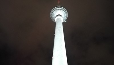 """<div style=""""text-align: justify;"""">Neem zeker eens de metro tot aan de&nbsp;Alexanderplatz. (Je kunt opstappen vlak aan het hotel en er is een rechtstreekse verbinding. Je neemt de lijn U2 richting Pankow en&nbsp;stapt af aan halte Alexanderplatz. De rit duurt ongeveer 18 minuten). Daar vind je de hoogste toren van Europa: de Fernsehturm (TV-toren). Hij is met zijn 368 meter zelfs hoger dan de Eiffeltoren! Je kunt helemaal tot boven gaan met de lift, en daar eten in het restaurant, dat langzaam ronddraait. Op die manier krijg je al etend een prachtig uitzicht over de stad. Een bucketlist-ervaring!</div>"""