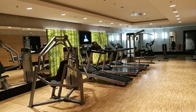 """<div><span style=""""color:#FF0000;""""><strong>3. Gratis de klok rond sporten</strong></span></div>  <div style=""""text-align: justify;"""">Het RIU&nbsp;beschikt over een uitgebreide fitnessruimte: drie loopbanden met zicht op een TV, twee crosstrainers, aparte toestellen voor je triceps, biceps, benen, borst en schouders, twee fietstoestellen en een set halters. Oh ja, en de fitness is 24 op 24 open! Of je nu een ochtendsporter bent, of een nachtraaf: je kunt aan je conditie werken wanneer het je past. En het gebruik is volledig gratis voor gasten van het hotel.</div>"""