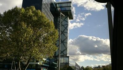 """<div><span style=""""color:#FF0000;""""><strong>6. De ligging</strong></span></div>  <div style=""""text-align: justify;"""">Berlijn is een enorm grote stad, opgemaakt uit maar liefst 12 districten. Welk district je kiest als verblijfplaats is dus erg belangrijk, want de afstanden tussen de bezienswaardigheden in Berlijn zijn groot.Het hotel Riu Plaza Berlin is gelegen in het westelijke centrum van Berlijn, in het district Schöneberg. Het is ideaal voor shoppers want het grote, bekende winkelcentrum KaDeWe ligt op wandelafstand. Andere bezienswaardigheden zijn vlot te bereiken per metro, en ook die is vlakbij.</div>"""