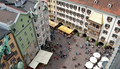 De geschiedenis van Innsbruck gaat maar liefst 800 jaar terug. Wie houdt van wat cultuur blijft dus niet op zijn honger zitten. Bezoek het Goldenes Dachl - een huis met een gouden dak - , midden in het historische centrum. Beklim de Stadtturm, de middeleeuwse stadstoren, en geniet van een mooi uitzicht over de daken van Innsbruck. Net buiten Innsbruck vind je het Schloss Ambras, een kasteel met binnenin een museum met een wapenverzameling, een kunstgalerij en een prachtige tuin. Vraag ook zeker een toeristenkaart aan (Innsbruck Card) om van alle kortingen te genieten.
