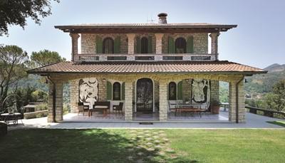 Dit authentieke Italiaanse huis werd gebouwd in 1970 en heeft een totale oppervlakte van270 m².Het huis biedt een uitzicht op de Camaiore vallei en is omgeven door een grote aangelegde tuin. Het is een huis met karakter: marmeren tafels, smeedijzeren stoelen, een mooie veranda, een houtkachel een historiche ogende stenen muren. Er is plaats voor 8 personen en, indien gewenst, 1 huisdier.