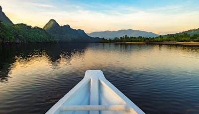 Je kunt je uitleven met verschillende water- en landsporten : X-Jetblades (de 1<sup>ste</sup> in Maleisië), jetski, wake-boards, SUP, waterski, windsurf, kajak en Topcat, rotsklimmen, boogschieten, blokarts, off-site trekking, fietsen, diepzeevissen, vogelspotten, SkyCab cable car, Luchtbrug, Skytrex (zip-lijnen boven het regenwoud), de ultieme trapbeklimming (4.287 stappen op de Gunung Raya berg).&nbsp;&nbsp;&nbsp;<br /> &nbsp;