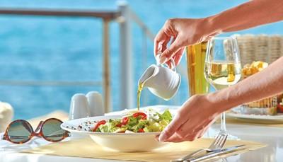 De vermelde prijs is op basis van half pension. Dat betekent dat het ontbijt en avondeten in buffetvorm zijn inbegrepen. Mits een toeslag kun je ook kiezen voor een all inclusive formule. Dat betekent dat ontbijt, middag- en avondmaal in buffetvorm inbegrepen zijn in de prijs, plus eén avondmaal in het romantische à-la-carterestaurant aan het strand. Tussendoor kun je dan ook genieten van warme en koude snacks, koffiebreak, ijsjes en een selectie van dranken.
