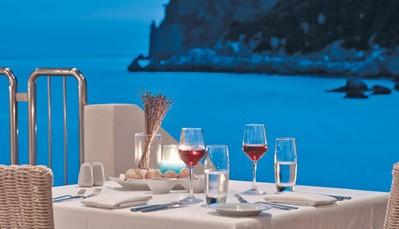 <br /> Het hotel ontvangt gasten vanaf 16 jaar, waardoor je steeds van een rustige, romantische sfeer geniet. In het luxueuze spacentrum is het heerlijk ontspannen en boek je een luxekamer of -suite, dan heb je zelfs je eigen privézwembad. Ideaal voor een huwelijksreis of gewoon wat quality time voor jou en je partner.