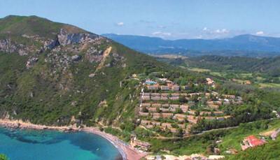 Dit vijfsterrenhotel is gebouwd op een klif met een adembenemend uitzicht over de baai van Ermones, een rustig oord omringd door pijnbomen en cipressen. Het hotel bestaat uit verschillende gebouwen, het strand is te bereiken via een kabellift of met golfwagentjes. Het hotel ligt op 17 km van Corfu-stad. Er is een bushalte vlak bij. Het hotel bevindt zich op ± 16 km van de luchthaven (transfer heen en terug inbegrepen). Door de vele trappen en de helling is dit hotel minder geschikt voor mensen die niet goed ter been zijn.