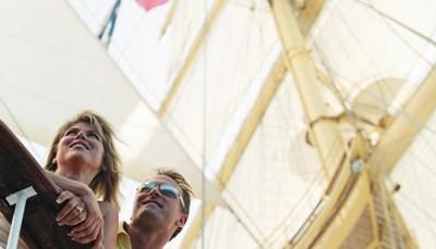 """<div style=""""text-align: justify;"""">Om het helemaal exclusief te maken, hebben we een plekje voorzien om dit prestigieuze zeilevenement mee te maken vanop de eerste rij. En dat mag je letterlijk nemen, want je verblijft zelf op een luxe zeilschip, de Star Flyer. Je maakt een achtdaagse cruise over de Middellandse zee, met een tussenstop in Saint-Tropez om dit exclusieve spektakel mee te beleven.</div>"""