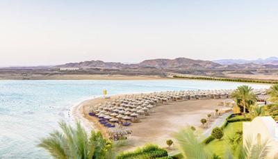 Naar dit hotel kom je om even weg te zijn van alles. Het heeft een rustige en unieke ligging, midden in de woestijn, ver weg van alle drukte en vlakbij de zee. Het beschikt over een eigen baai en grenst aan een ongeschonden natuurgebied. Er is een prachtig zandstrand, maar met hier en daar kiezel, dus teenslippers zijn aangeraden. De luchthaven ligt op ongeveer 100 km, de dichtstbijzijnde stad Safaga ligt op 30 km.