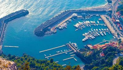 <br /> Op een uurtje rijden vind je het idyllische kustplaatsje Maratea, omzoomd door prachtige stranden. Het is een plek die nog niet veel toeristen ontdekt hebben, en waar vooral Italianen zelf naartoe komen om te ontsnappen aan de drukte. Struin er door kleine straatjes en werp een blik op het authentieke, Italiaanse leven.<b> </b>Maratea telt maar liefst 44 kerken, allemaal open voor het publiek.