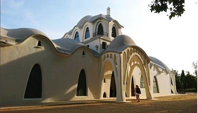 """<span style=""""color:#FF0000;""""><strong>El Vallés Occidental: cultuur opsnuiven</strong></span><br /> Verscholen in de Vallés Occidental, ligt het pittoreske Oud-Romeinse stadje Terrassa. Het stadje ligt aan de voet van de bergen van het natuurreservaat Muntanya de Monserrat. Cultuurliefhebbers kunnen hier hun hart ophalen aan de Romeinse fresco&rsquo;s, gotische kerken en middeleeuwse torens. De highlight van de stad is ongetwijfeld de Masia Freixa, een prachtig Art Nouveau gebouw. De architect, Lluís Muncunill i Parellada, was duidelijk geïnspireerd door de grote Spaanse meester van Art Nouveau, Antoni Gaudí. Nu kan je dit modernistisch juweeltje dagelijks bezoeken.<br /> &nbsp;"""