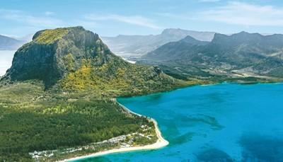 Mauritiusis een tropisch, vulkanisch eiland in het zuidwesten van de Indische Oceaan op 900 kilometer van de oostkust van Madagaskar. Het is ongeveer 13 uur vliegen, maar dat is zeker de moeite waard. Je landt namelijk op het aards paradijs, de plek met de mooiste, parelwitte zandstranden ter wereld, een onderwaterwereld met prachtige koraalriffen en het hele jaar door een droomklimaat.