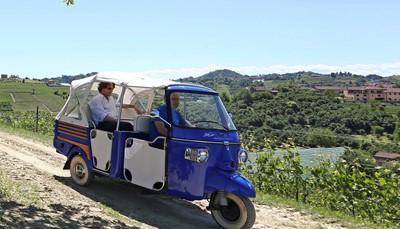 <p>Deze driewieler, ook wel Vespacar genoemd, is een icoon, een ras-Italiaan, niet meer weg te denken uit het straatbeeld en meestal met een laadbak vol geurend fruit en kleurrijke groenten. Deze &lsquo;open people mover&rsquo; met zijn frisse, non-conformistische stijl, werd voor het eerst geproduceerd in 1949 door Vespabouwer Piaggio. Ape is trouwens Italiaans voor &ldquo;bij&rdquo;, en spreek je uit als <i>apéé</i>.</p>