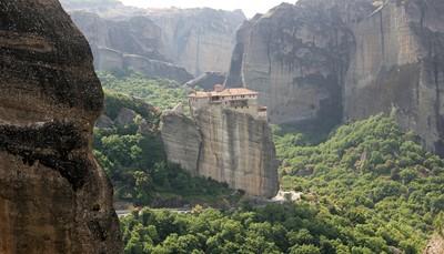 Bezoek zilverstad Ioannina met zijn oude kastro. Verblijf in het aangename vissersdorpje Parga aan zee. Van hieruit kan je excursies doen naar Sivota, de antieke site Dodoni en de nabijgelegen Ionische eilanden Corfu, Paxos en Antipaxos. Op de terugweg bezoek je de <strong>adembenemende kloosters van de</strong> <strong>Meteoren</strong>. Via de oostkust rijd je langs de bekende Olympus berg, de woonplaats van oppergod Zeus, terug naar Thessaloniki voor je terugvlucht.<br />