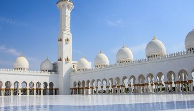 """<div style=""""text-align: justify;"""">Je citytrip bestaat uit vijf dagen Abu Dhabi, inclusief de vluchten heen en terug vanuit Brussel. Op de luchthaven wacht je een privétransfer die je naar je hotel brengt. Je installeert je in viersterrenhotel&nbsp;Crowne Plaza Abu Dhabi op Yas Island&nbsp;waar je vier nachten verblijft. Het uitgebreide ontbijtbuffet is inbegrepen. Je krijg van ons ook toegangstickets om het gloednieuwe museum Louvre Abu Dhabi te gaan bewonderen. Voor de rest ben je vrij, maar als je wil helpen we je uiteraard&nbsp;graag de rest van je tijd in te plannen. Op het einde van je citytrip brengt je privétransfert je naar de luchthaven voor je terugvlucht naar Brussel.</div>"""