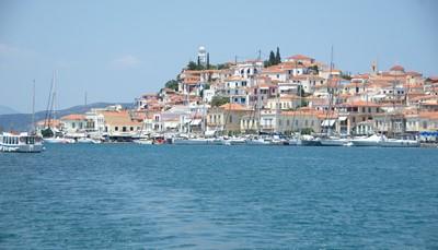 Het hotel ligt op het eiland Poros, op 3,5 km van het leuke haventje met zijn vele restaurantjes en typische vistavernes. Poros bereik je via de flying dolphin ferries uit Piraeus of via een taxibootje van op de Peloponnesos (op 100 meter van het vasteland).