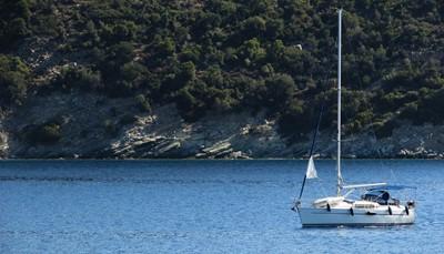 <strong>Groene natuur, blauwe zee en wit strand</strong><br /> Pilion ligt in het gebied Magnesia op het vasteland van Griekenland, &nbsp;in de buurt van de stad Volos. Je vindt er een groene, ruige natuur, met veel bergen en ravijnen. Wandelaars kunnen de verborgen valleien ontdekken via een netwerk aan wandelpaden die vaak leiden naar kerkjes, en oude kloosters. Tegelijk vind je op Pilion witte stranden met helder blauw water. Zowel wandelaars, zonnekloppers als cultuurliefhebbers zullen hier een heerlijke tijd beleven.