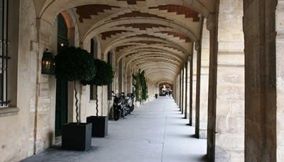 Het hotel heeft een super ligging in de Marais, gekend als een van de hipste en meest trendy wijken van Parijs (3de arrondissement). Je geniet hier van het nachtleven, van het uitgebreid gastronomisch aanbod en de levendige sfeer met terrasjes, winkels, boetiekjes, leuke bars,... De Place de la République ligt op 400m, het Musée Picasso op 700m en het oudste plein van Parijs, de sublieme Place des Vosges, ligt net als het Centre Pompidou op 15minuutjes wandelen. De nabijheid van twee metrostations zorgt voor een gemakkelijke verbinding met de rest van de stad.