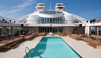 De Odyssey is een schip van luxerederij Seabourn. Het is een intiem schip (slechts 450 opvarenden), met veel nadruk op persoonlijke service aan boord. Alle 225 kajuiten aan boord zijn suites met zeezicht. Er is een grote verscheidenheid aan kajuittypes, en het verschil zit hem vooral in de grootte van de kamer. Alle restaurants aan boord zijn inbegrepen in de prijs, en je eet waar en wanneer je wil. Wanneer je niet aan land bent, kun je een bezoekje brengen aan de fitness aan boord, de spa of de bibliotheek, en &rsquo;s avonds geniet je van live optredens of een bezoek aan het casino.<br /> &nbsp;